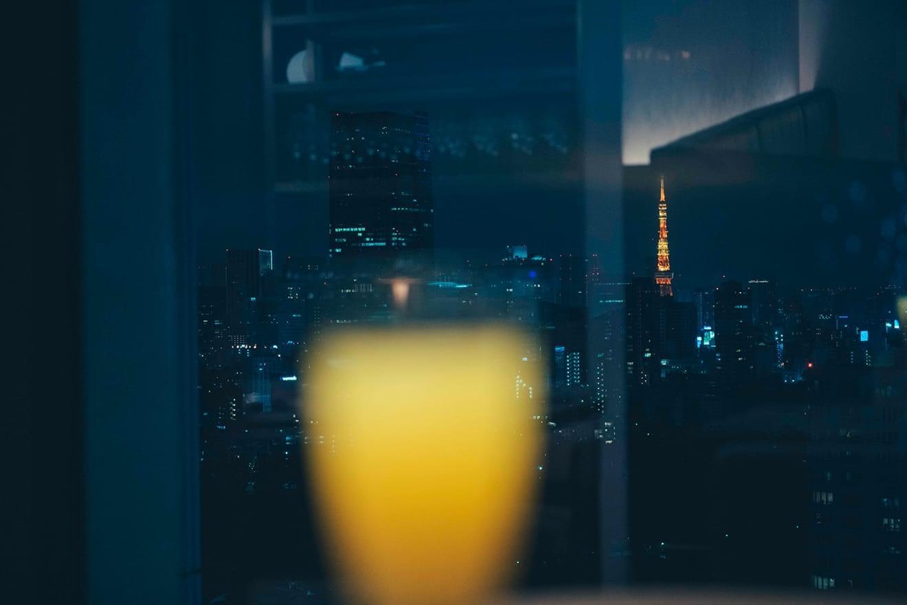 写真:トラットリア アンドレア ロッシ ドリンク越しの夜景
