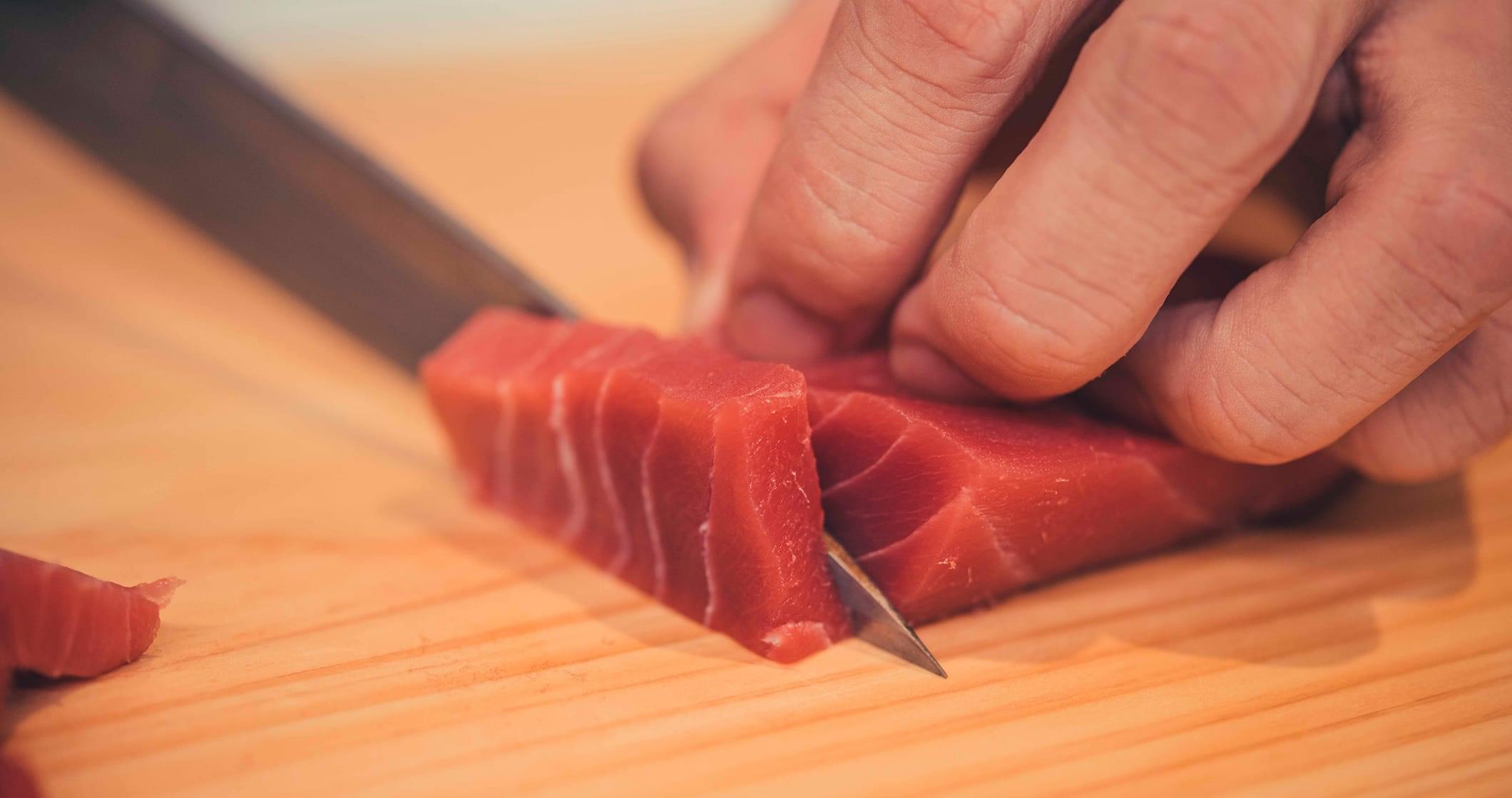 写真:四角 刺身を切っているところ